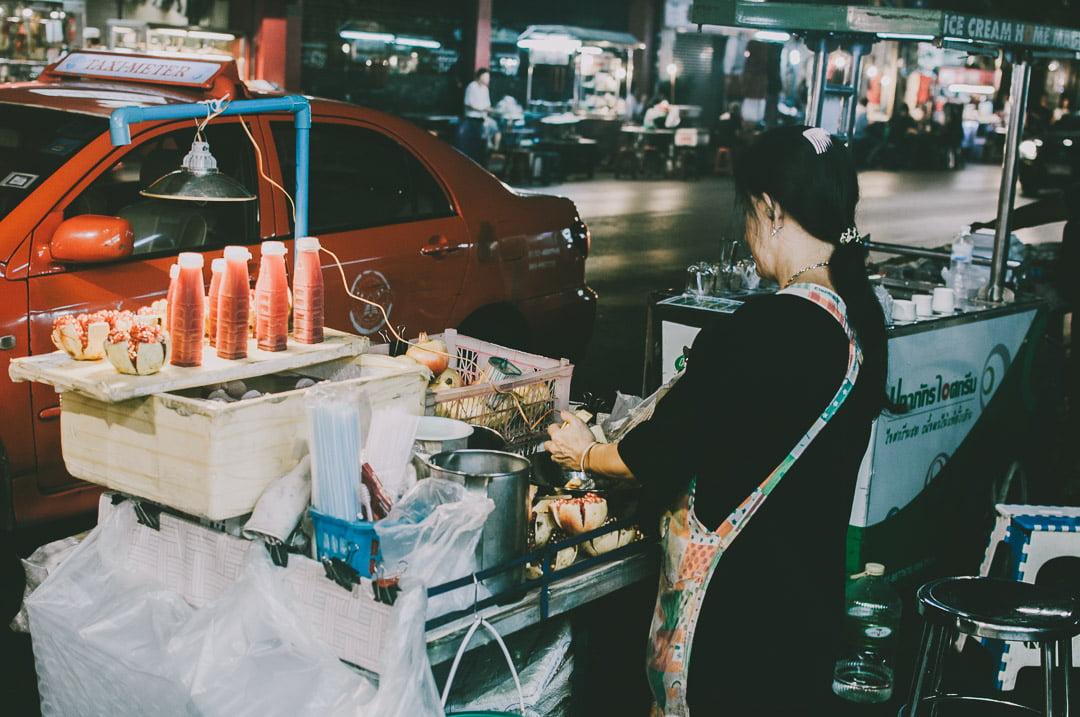 Chinatown-w-Bangkoku wyciskanie soku zgranatu