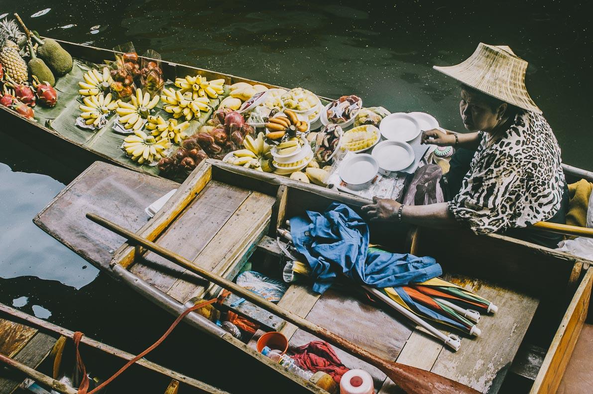 Floating-market-Damnoen-Saduak Pani zowocami