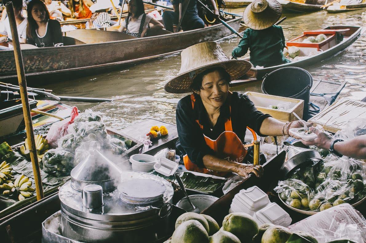 Floating-market-Damnoen-Saduak sprzedaż złodzi